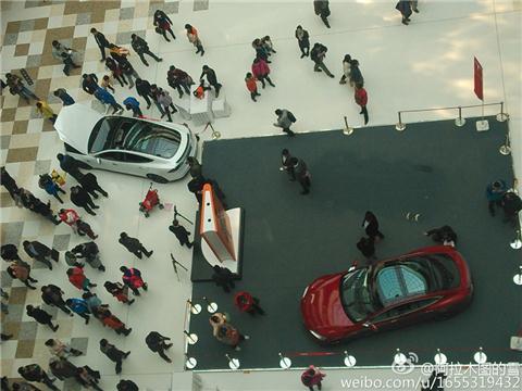 男童展台开走汽车冲入人群